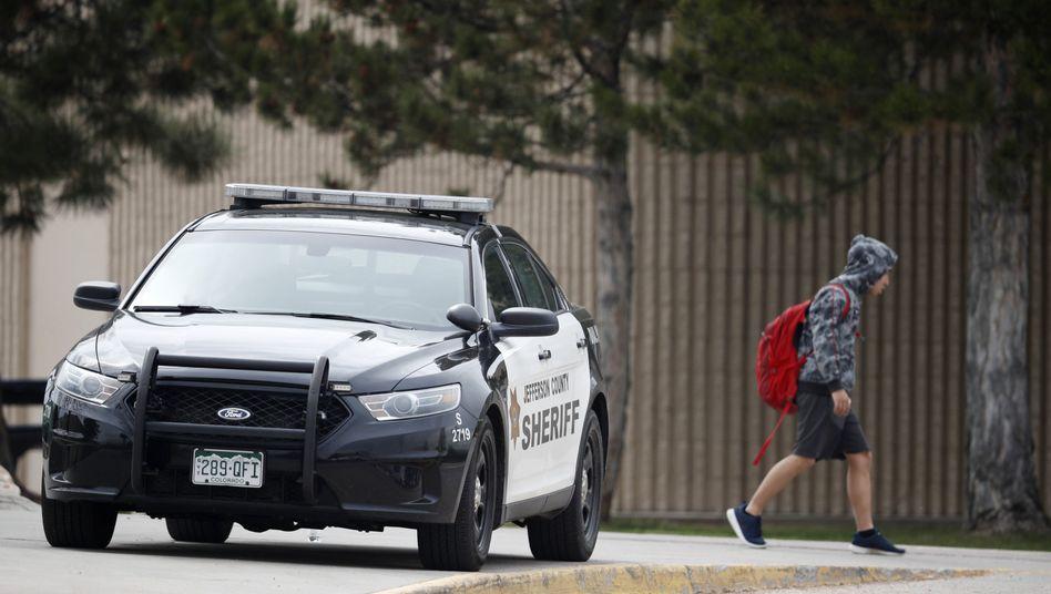 Polizeiauto vor der Columbine High School