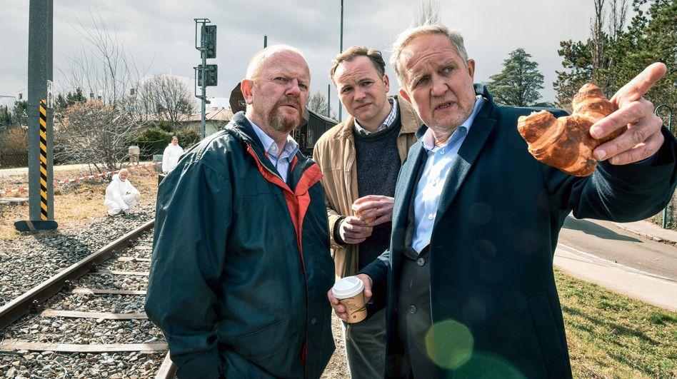 Eisner (Harald Krassnitzer) und Schimpf (Thomas Stipsits) befragen einen Lokführer
