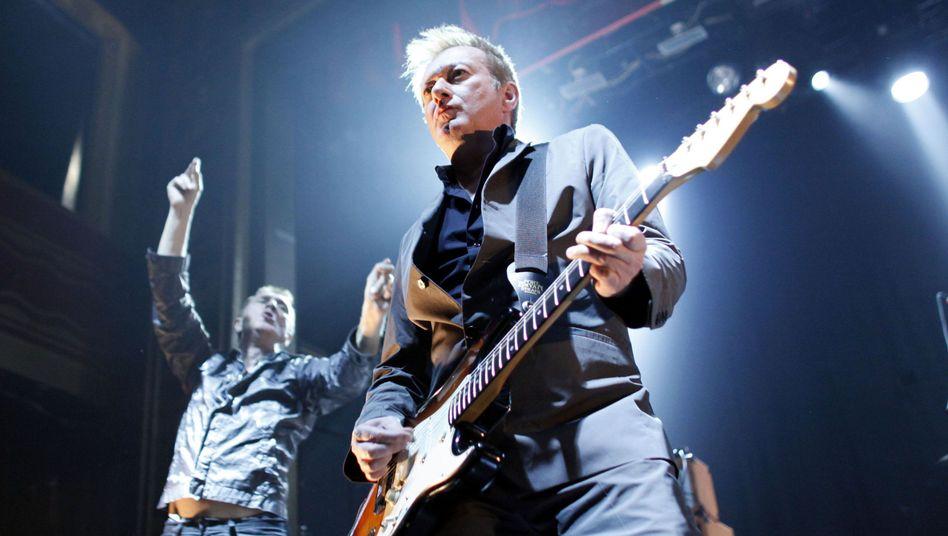 Gang of Four 2011 in New York: Gitarrist Andy Gill mit Sänger Jon King auf der Bühne