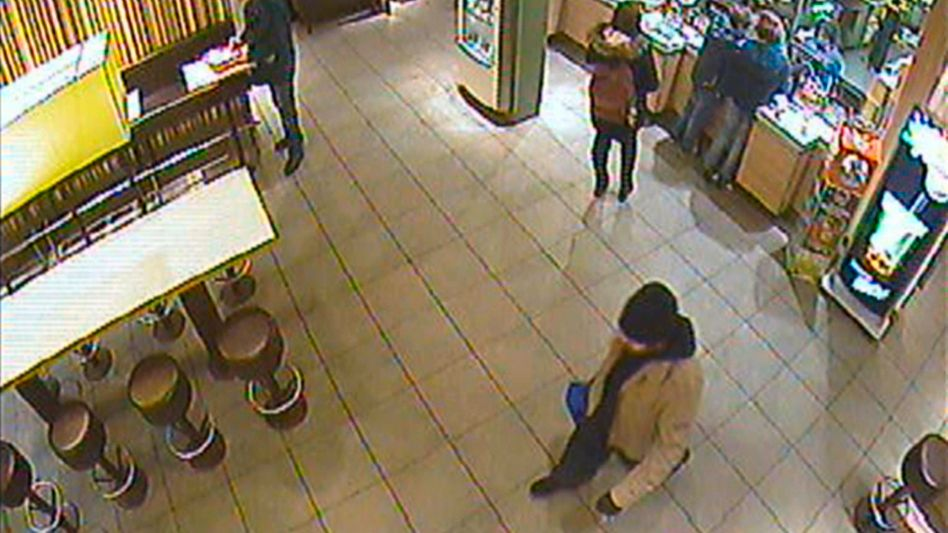 From a surveillance video at the Bonn station: Police are looking for the man carrrying the blue bag.