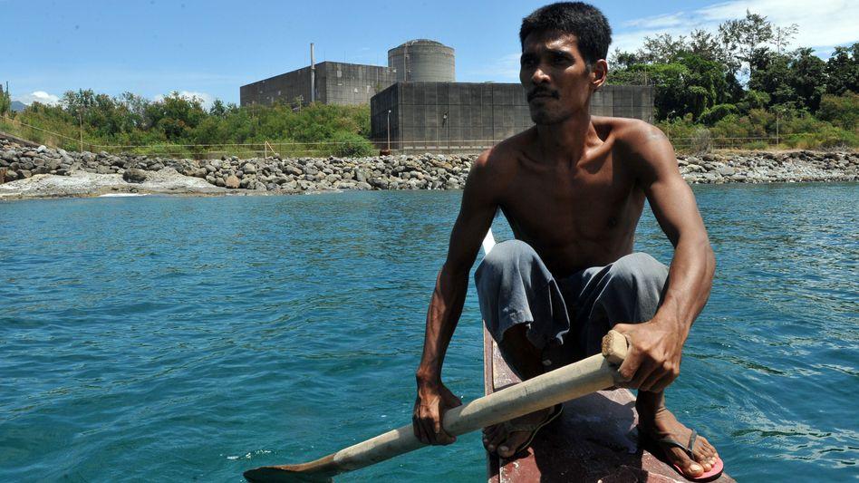 Fischer vor dem AKW Bataan: Einziger Meiler der Philippinen wird Touri-Spot