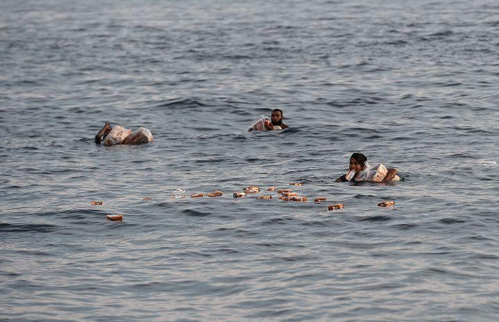 Flüchtlinge fischen Nahrungsmittel aus dem Meer