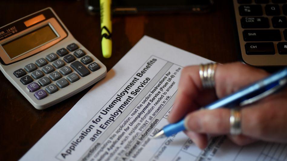 Antrag auf Arbeitslosenhilfe (Symbolbild): Die Zahl der wöchentlichen Erstanträge ist höher ausgefallen als erwartet