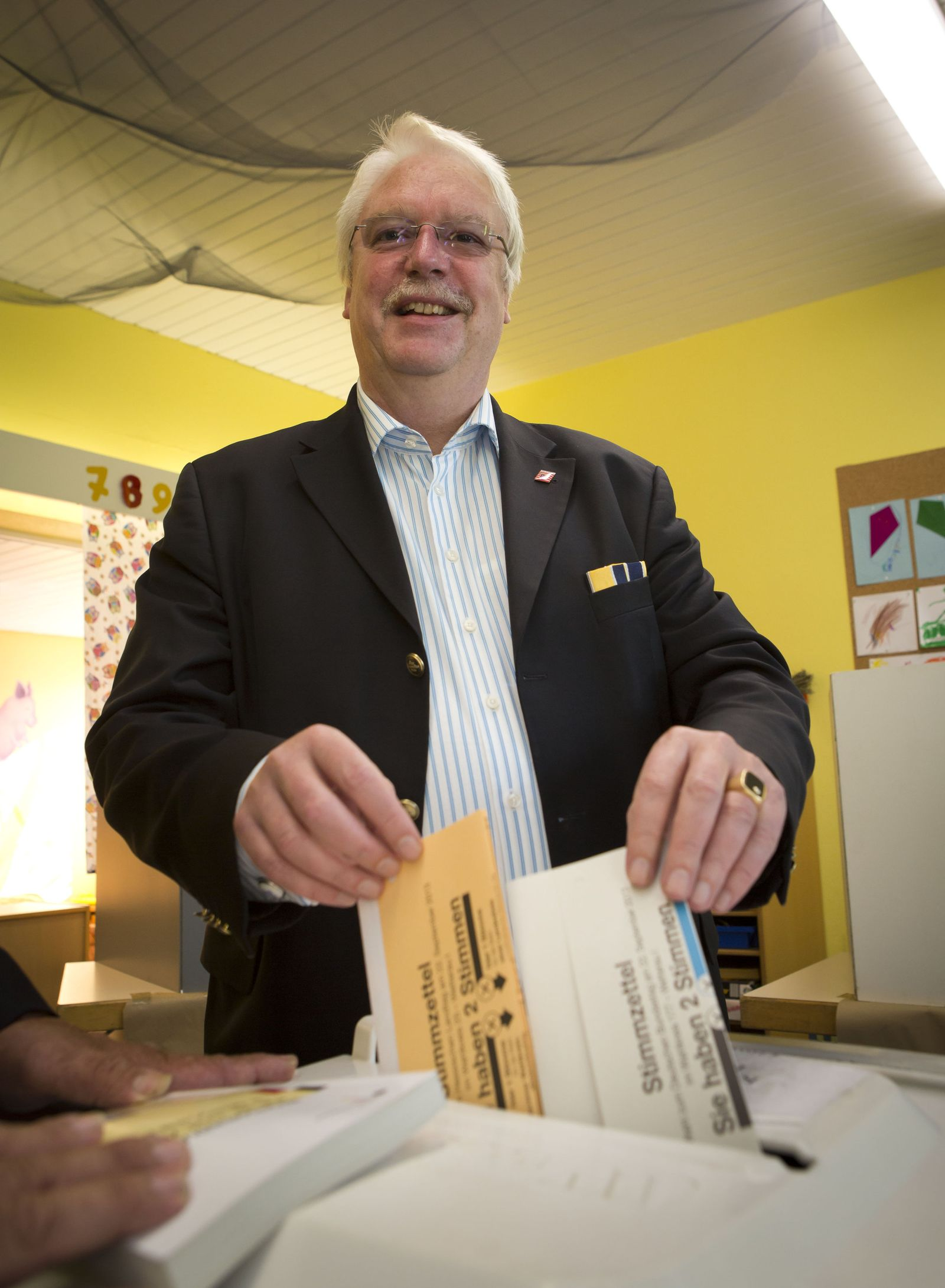 FDP Stimmabgabe Jörg-Uwe Hahn