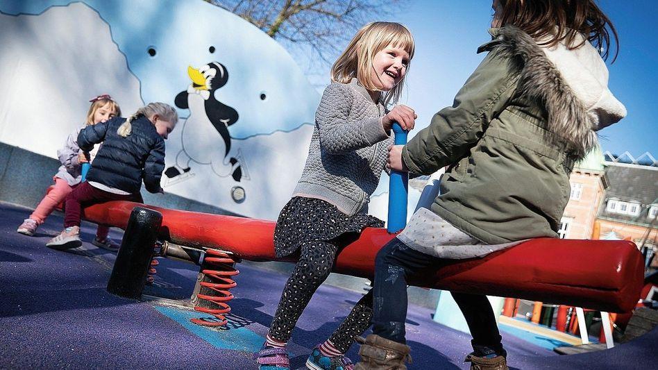 Mädchen einer Kita auf Spielplatz in Kopenhagen: Für die Betroffenen ist die Ungewissheit oft schwer auszuhalten