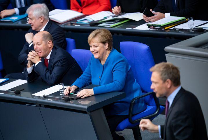 """Scholz, Merkel und Lindner in Plenumsdebatte nach dem Fauxpas: """"Wir sehen jetzt in Thüringen dasselbe"""" - eine """"völkerrechtswidrige Invasion""""."""