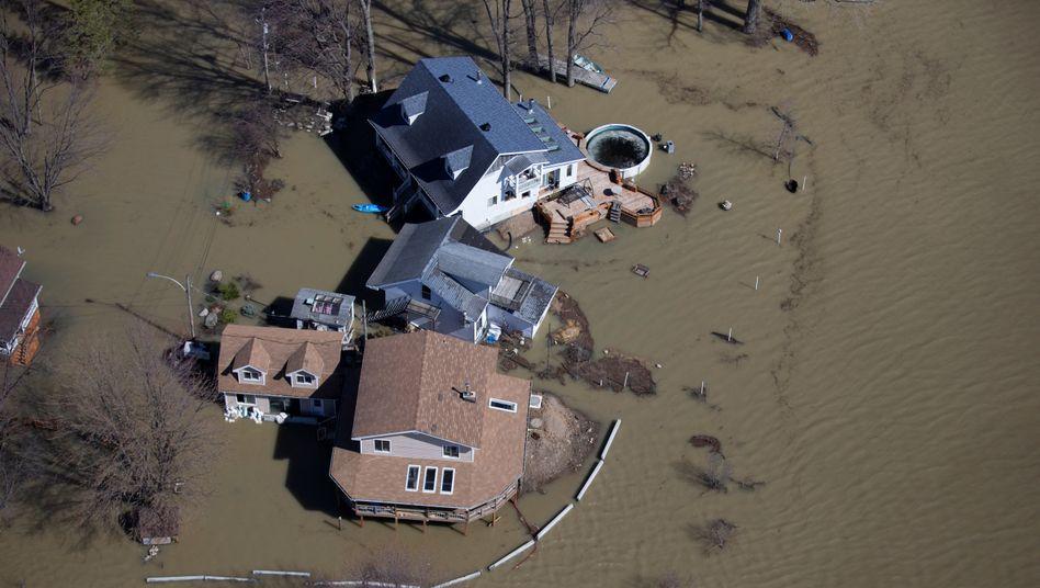 Foto aus einem Hubschrauber: Überflutete Häuser in Québec