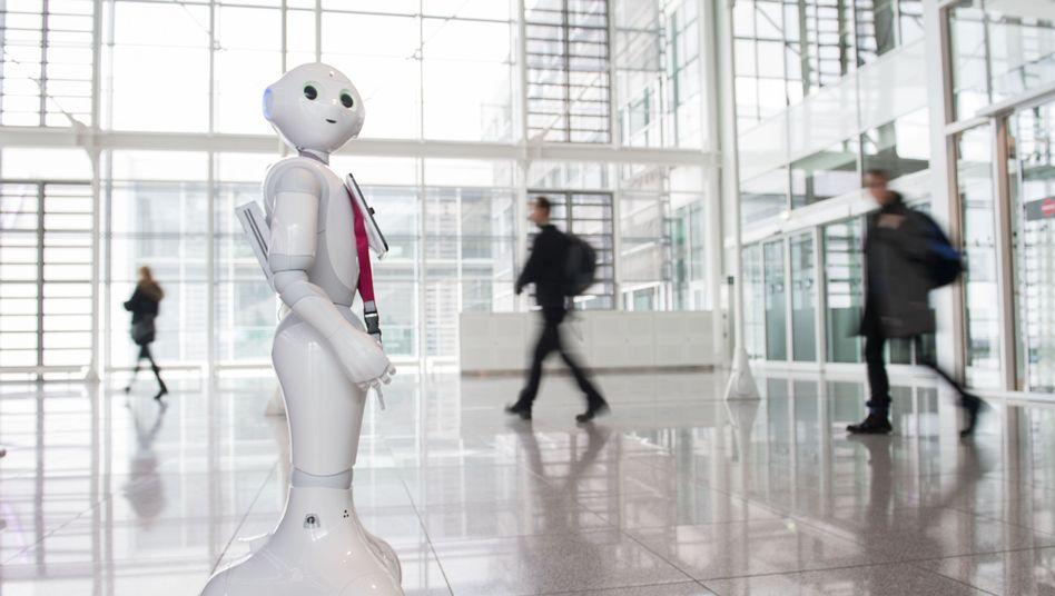Roboter Josie Pepper am Flughafen in München