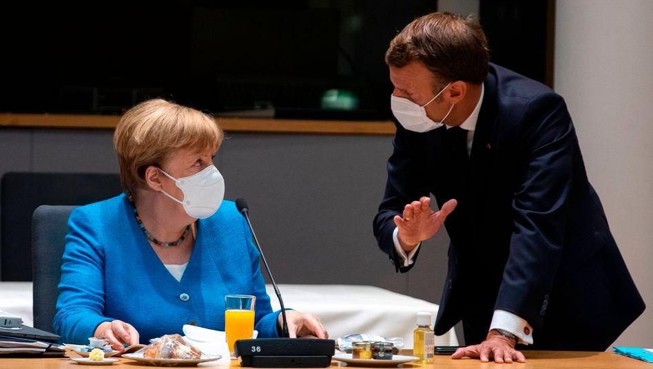 Kanzlerin Merkel und Frankreichs Präsident Macron beim EU-Gipfel in Brüssel: Zusammen mit Italiens Regierungschef Conte positionieren sie sich im Libyenkonflikt