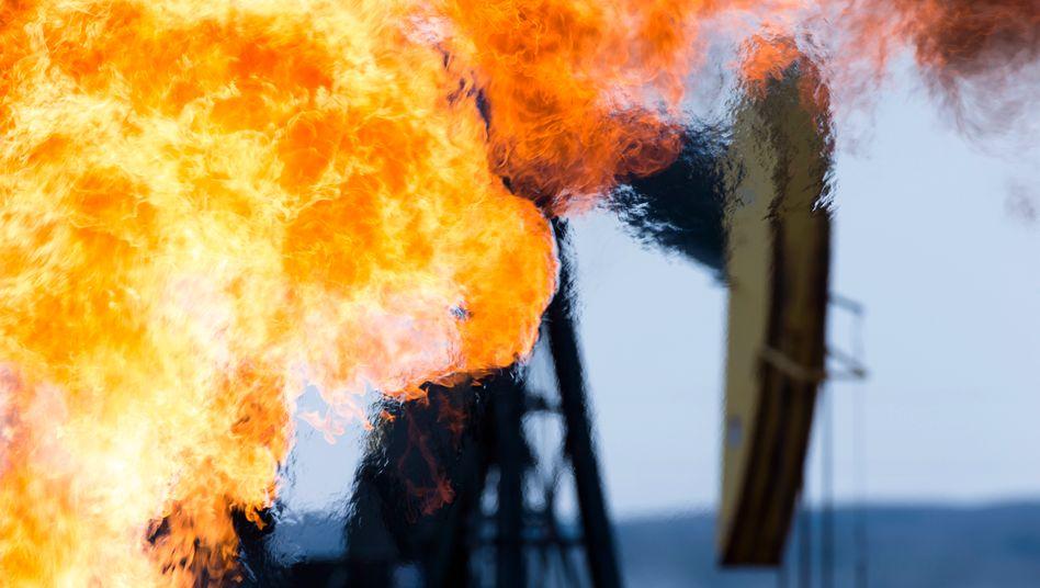 Methangasflamme auf einem Ölfeld in North Dakota