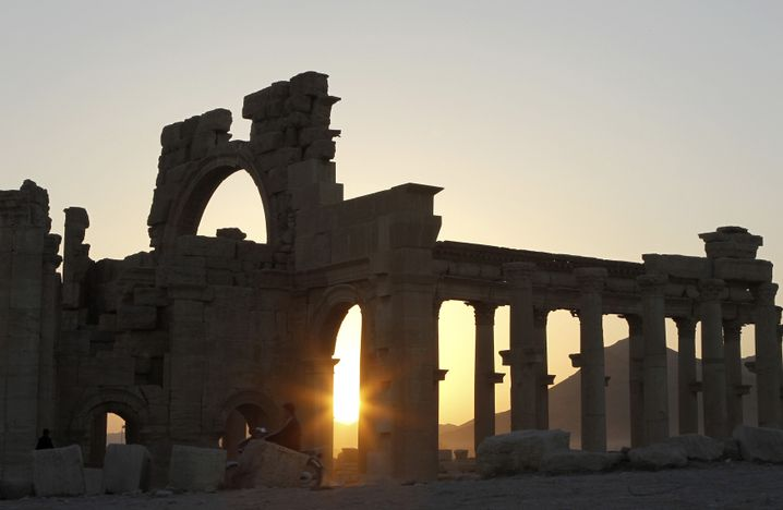 Sonnenuntergang in der historischen Stadt Palmyra: Staub, Hitze, bizarre Ruinen