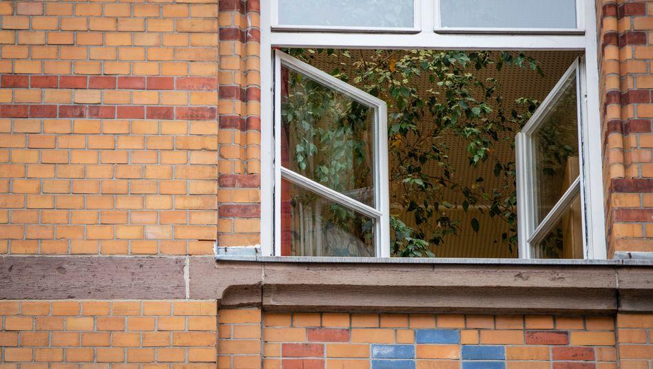 Ein Fenster an einer Grundschule in Baden-Württemberg ist zum Lüften geöffnet