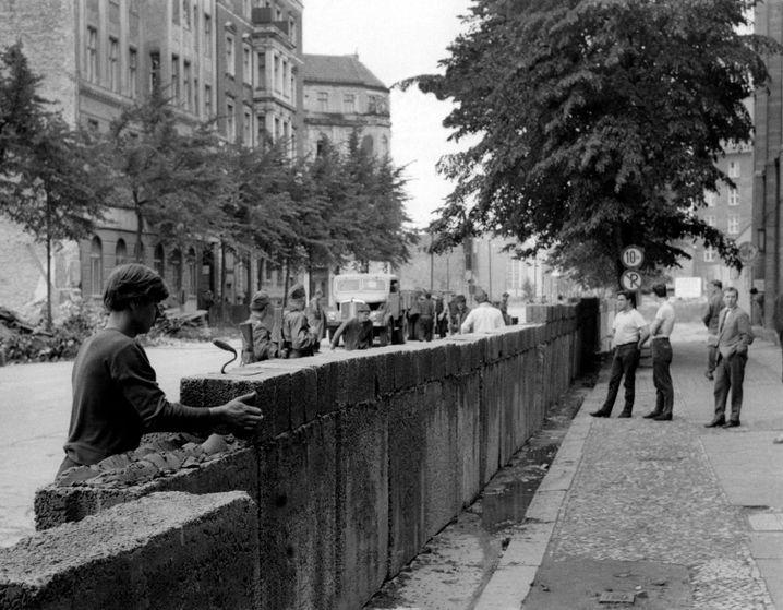 Bewaffnete Volkspolizisten überwachen im August 1961 den Mauerbau