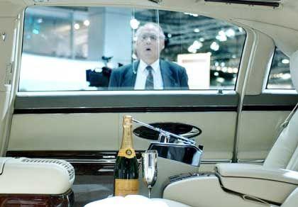 Luxusauto mit Champagner auf Messe: Die Kluft zwischen Arm und Reich geht auseinander