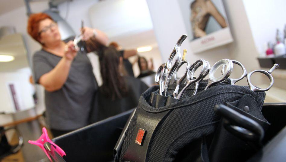 Friseurin in Würzburg: Mehr Geld für den Haarschnitt
