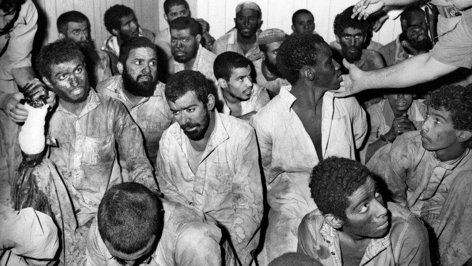 Festgenommene Angreifer nach der Attacke auf die Große Moschee in Mekka (Aufnahme aus Dezember 1979)