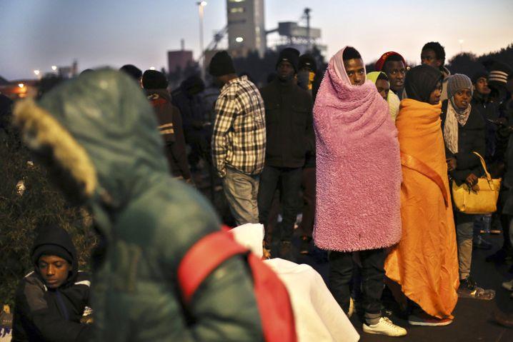 Warteschlangen vor Registrierungscenter in Calais