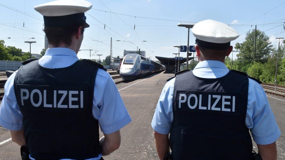 Polizei an einem Bahnhof (Symbolbild)