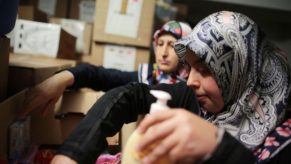 Sevgül Tunc und Hayriye Aydin sortieren Spenden für Flüchtlinge
