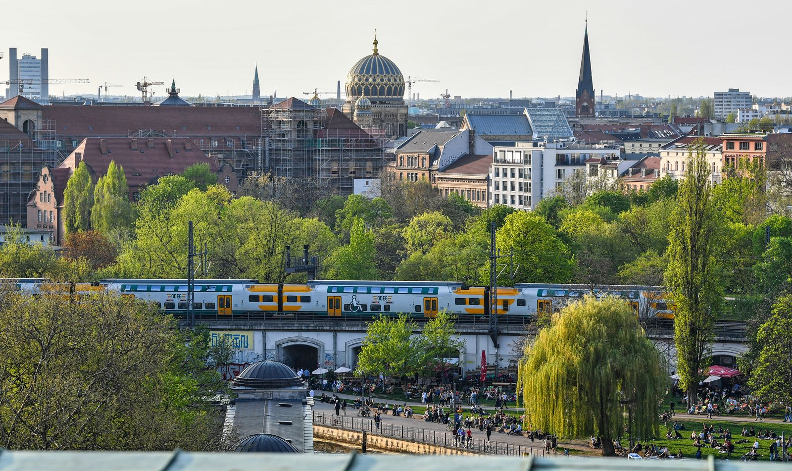 EINMALIGE VERWENDUNG Berlin/ James-Simon-Park/ S-Bahn/ Synagoge