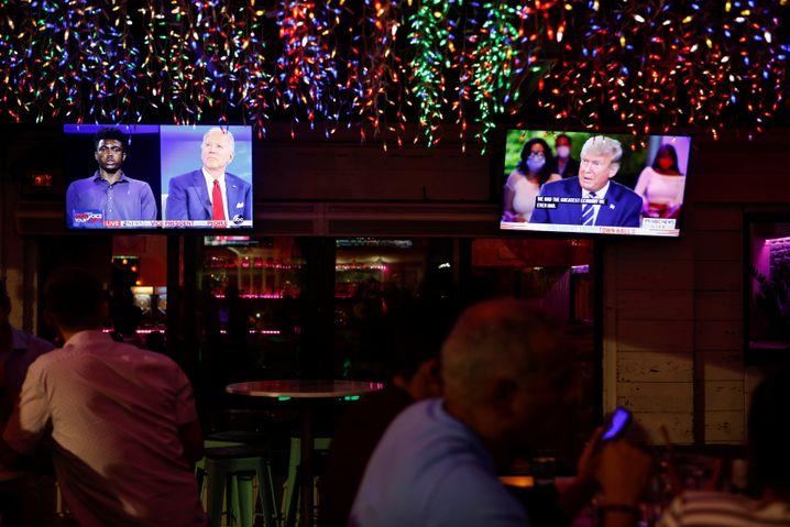 Doppelt gemoppelt: Biden und Trump auf zwei Fernsehern in Florida