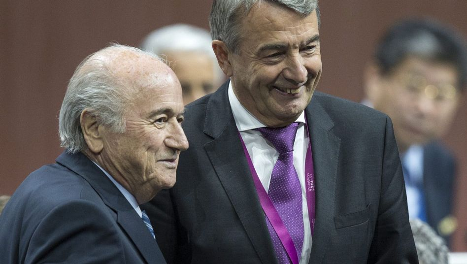 Fifa-Boss Blatter, DFB-Chef Niersbach: Das Lächeln sieht nicht nach Boykott aus