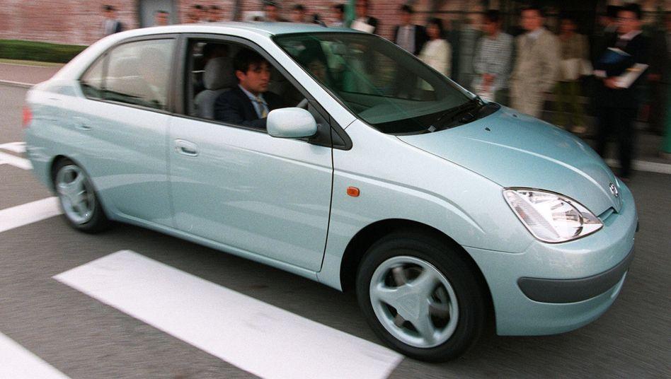 Testfahrt eines Technikpioniers: Der Toyota Prius nach der Premiere in Japan (1997).