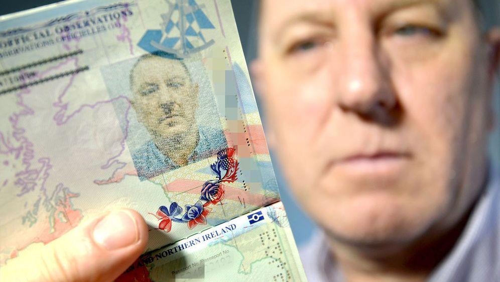 Verwirrendes Passfoto: Hitler hier, Hitler da
