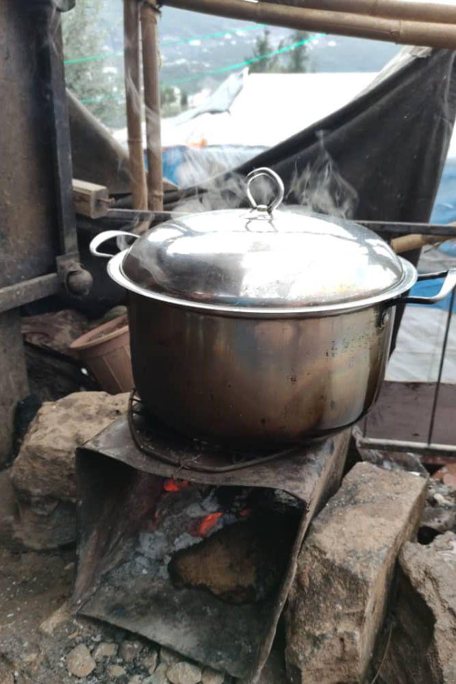 Sarahs Kochstelle vor dem Zelt