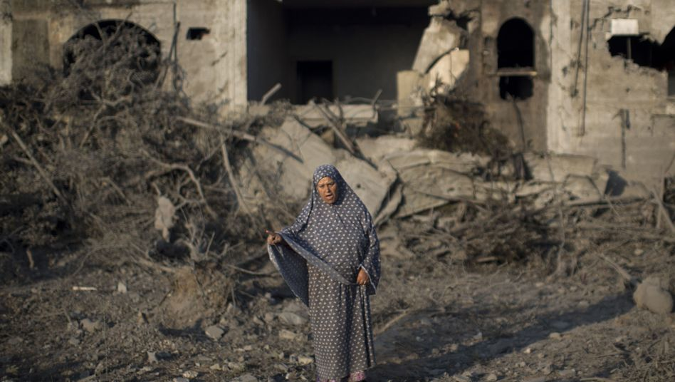 """Eine palästinensische Frau vor ihrem zerstörten Haus im Gazastreifen: """"Zutiefst verstörende Berichte"""""""