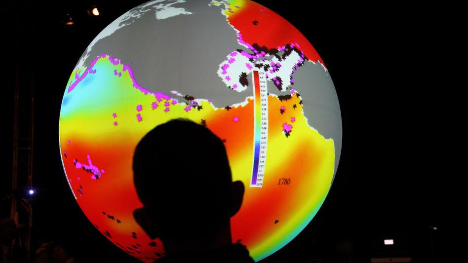 Mann vor Klimaprognose (auf dem Uno-Klimagipfel in Kopenhagen): Umkämpfte Daten