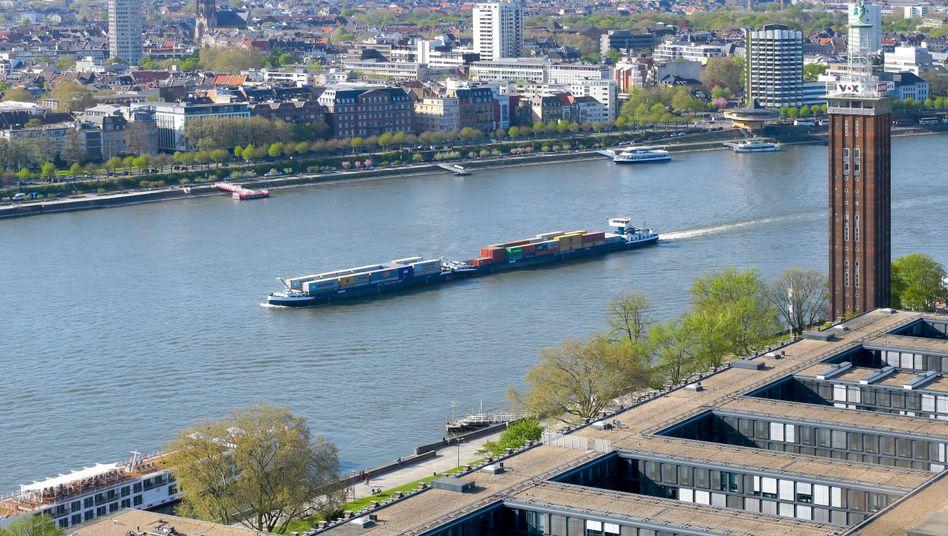 Containerschiff in Köln