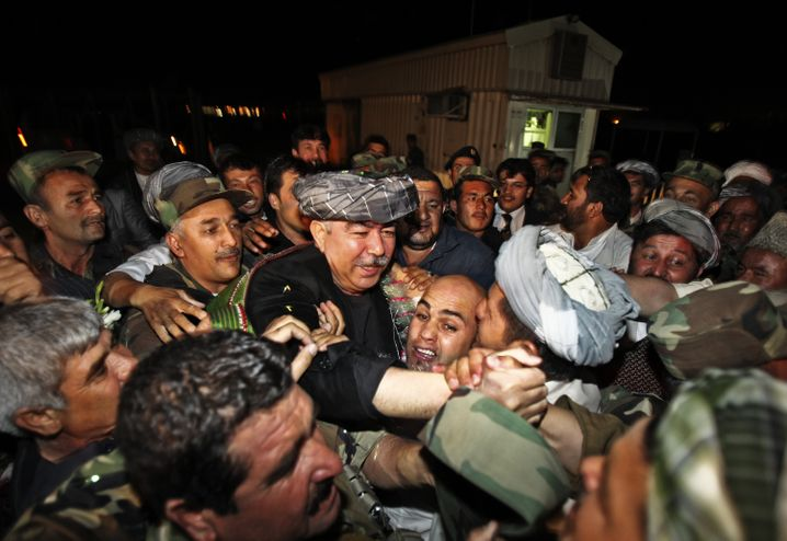 Dostum bei seiner Ankunft in Kabul: Kabinett der Kriegsverbrecher?