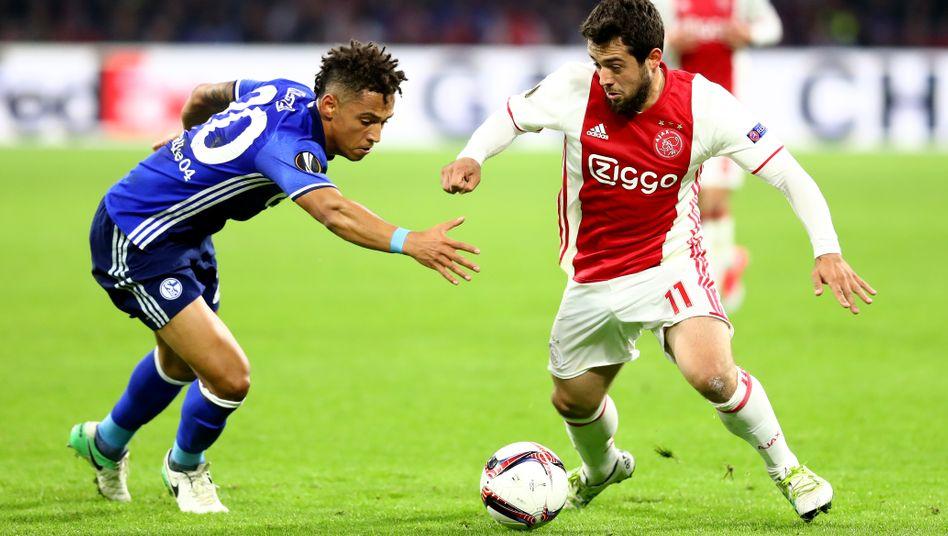 Amin Younes (rechts) spielte bis 2018 für Ajax Amsterdam und wurde in dieser Zeit zum Nationalspieler. Seine Entwicklung gilt heute manchen Talenten als Vorbild