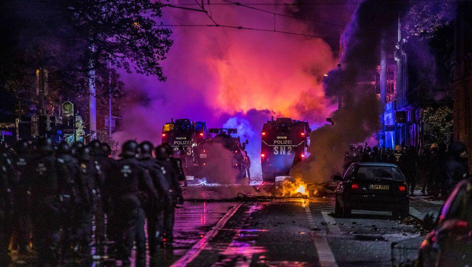 """In der Wolfgang-Heinze-Straße im Stadtteil Connewitz brannten nach der Demonstration von """"Querdenken"""" am Samstagabend mehrere Barrikaden – mutmaßlich aus Wut über die laschen Polizeimaßnahmen in der Innenstadt"""
