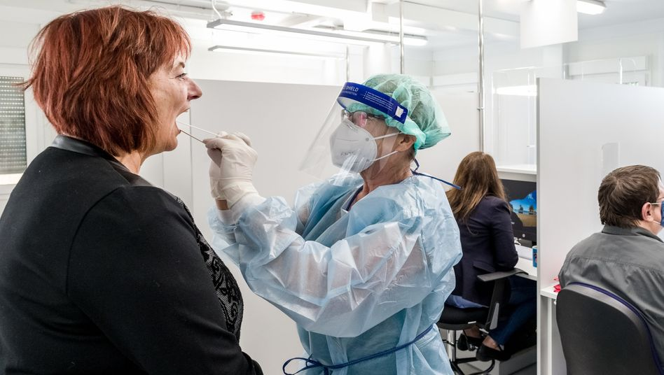 Corona-Testzentrum in Hamburg (Symbolbild): Bundesweit fast 2300 Neuinfizierte