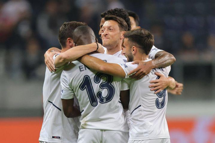 Mitten in der Jubeltraube: Torschütze Mesut Özil