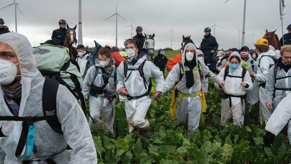 Aktivisten von »Ende Gelände« auf dem Weg zum Braunkohletagebau Garzweiler im September