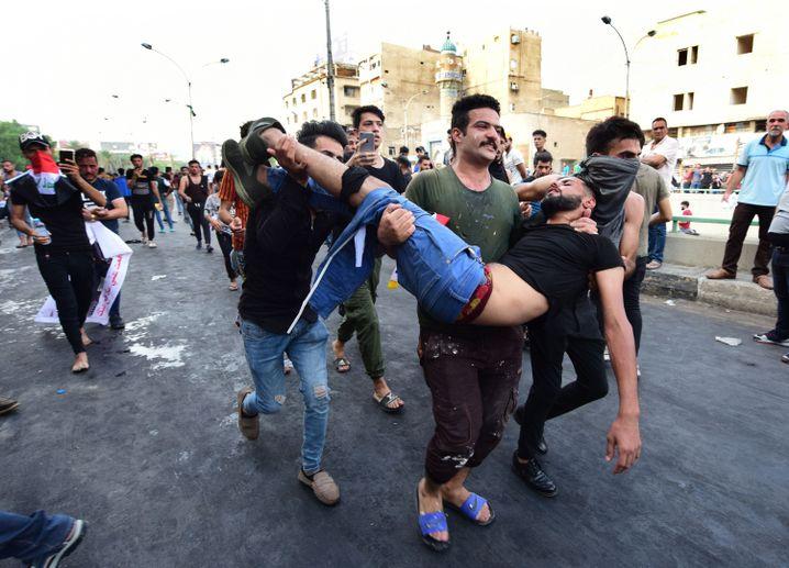 Demonstranten tragen einen Verwundeten: mehr als 180 Proteste