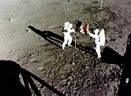 Aldrin und Armstrong stellen die US-Flagge auf dem Mond auf