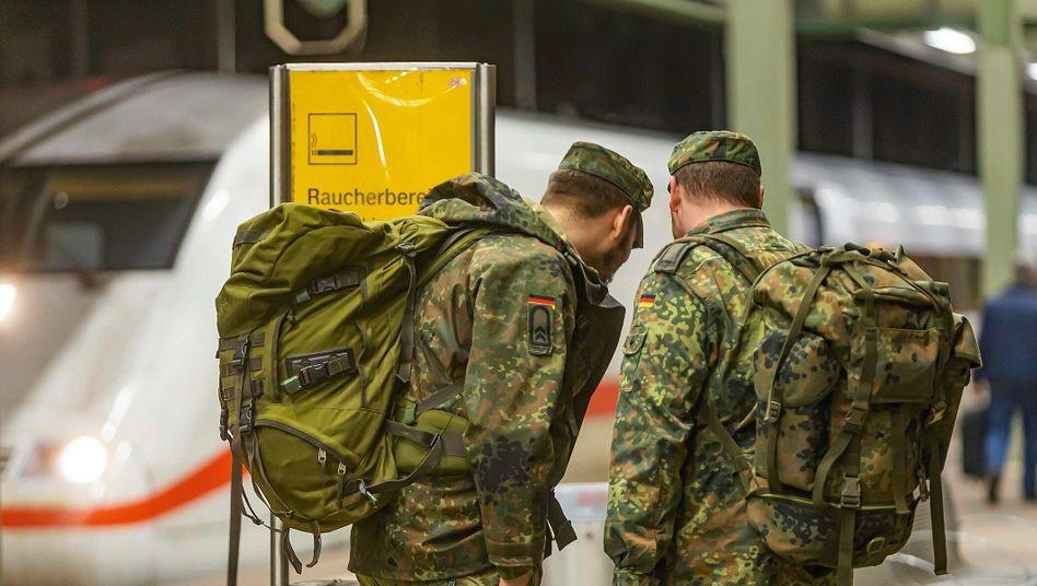 Soldaten am Bahnhof: 2021 könnten die Gratisfahrten 33 Millionen Euro kosten