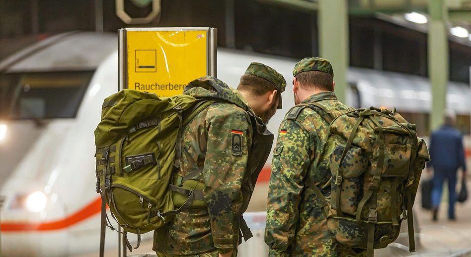 Soldaten am Bahnhof (Symbolbild)