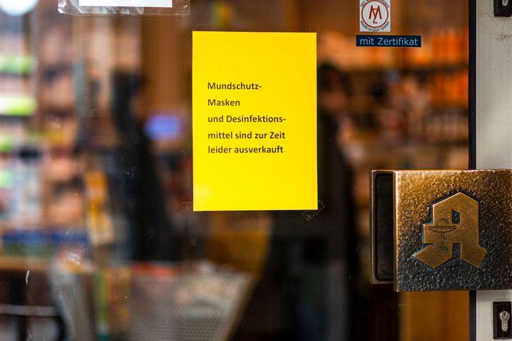 Corona-Virus: Ausverkaufte Produkte Aufgrund der Angst vor dem Covid19 Corona-Virus sind Mundschutzmasken und Desinfektionsmittel an vielen Orten ausverkauft oder nur zu Wucherpreisen zu bekommen. Auch an einer Apotheke in Hamburg hängt ein entsprechendes Hinweisschild. Hamburg Deutschland *** Corona Virus Sold out products Due to the fear of the Covid19 Corona virus, face masks and disinfectants are sold out in many places or only available at exorbitant prices.