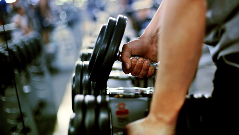 Gewichte stemmen im Fitnessstudio: Muckis oder Kondition?
