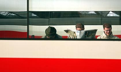 Wartende in München: Im Durchschnitt fuhr nur jeder zweite Regionalzug