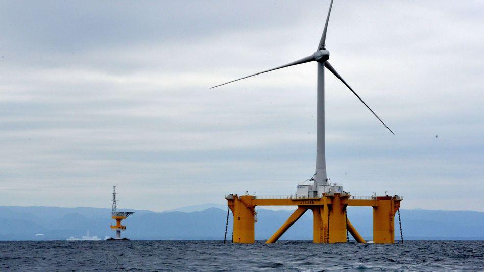 Schwimmende Offshore-Windkraftanlage vor der japanischen Küste