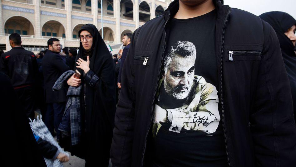 Iraner gedenken Qasem Soleimani nach dem Freitagsgebet