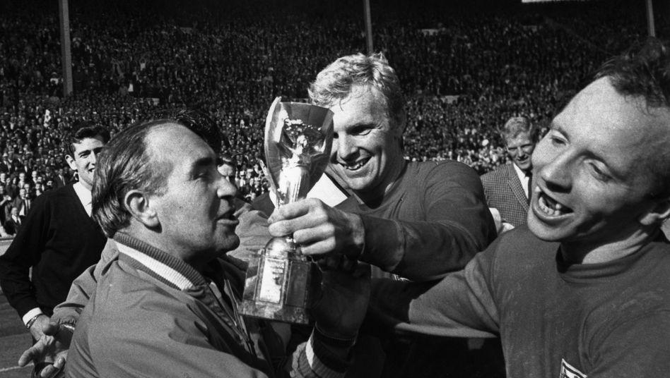 Nobby Stiles (r.) feiert den WM-Sieg mit Trainer Sir Alf Ramsey und seinem Kapitän Bobby Moore