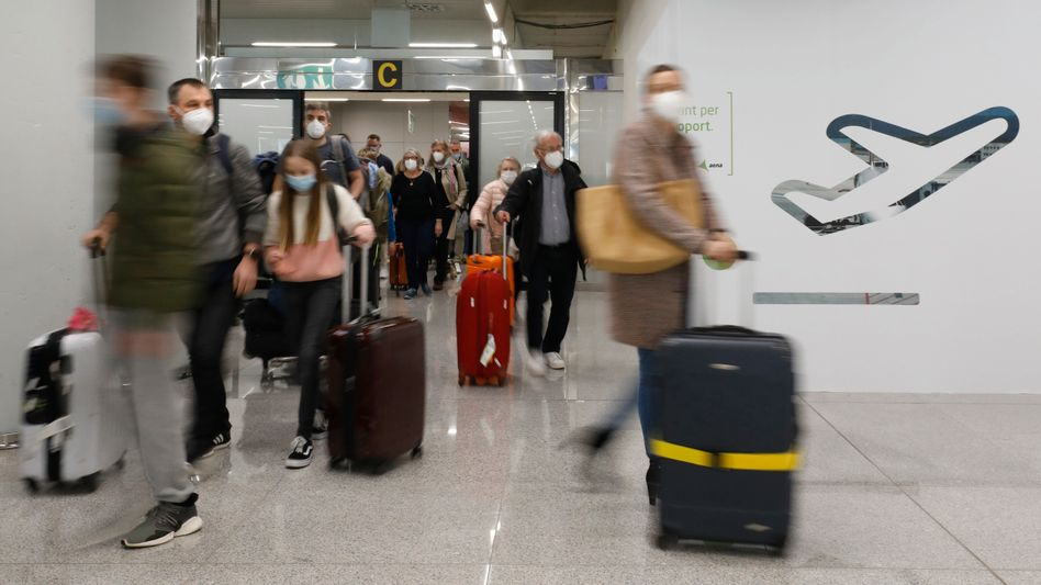 Reisende am Flughafen von Mallorca: Urlaub im Ausland bleibt erlaubt