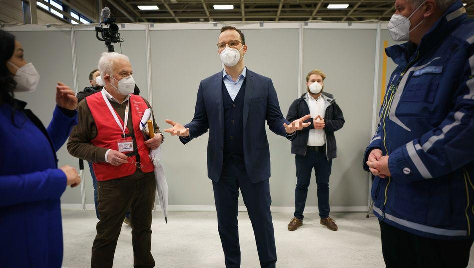 Jens Spahn beim Besuch des Impfzentrums in der Berliner Messe